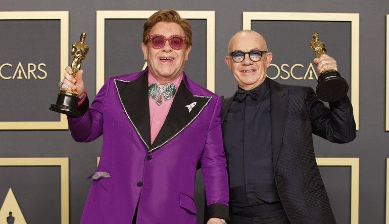 Elton John durante la cerimonia degli Oscar 2020 indossa un papillon uomo particolare e colorato.