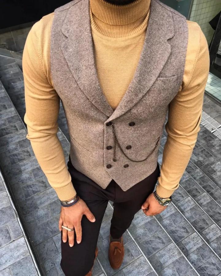Panciotto beige indossato sul maglione a collo alto - Gogolfun.it