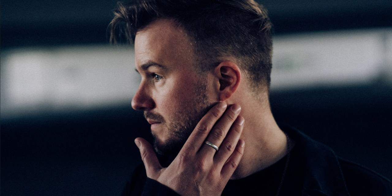 Johnny Ashby – a British singer/songwriter based in Los Angeles
