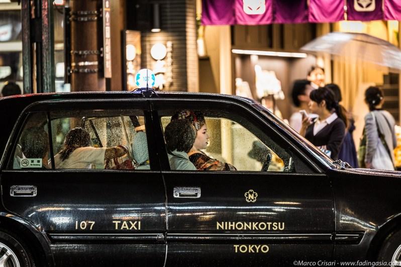 Geisha en un taxi