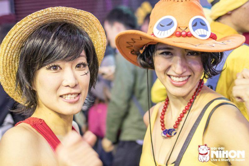 Due ragazze in costume di One Piece a Shibuya