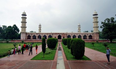 Scene: A Foreigner's Visit to Emperor Jahangir's Tomb