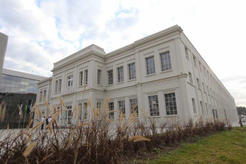 Antiga fachada foi restaurada para o Centro Judiciário de Curitiba