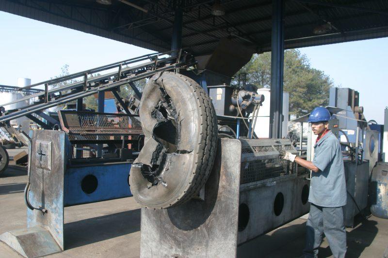 Aço retirado dos pneus antes do processo de trituração