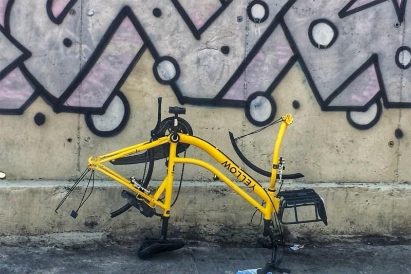 Bicicleta Yellow sem as rodas e virada de ponta cabeça