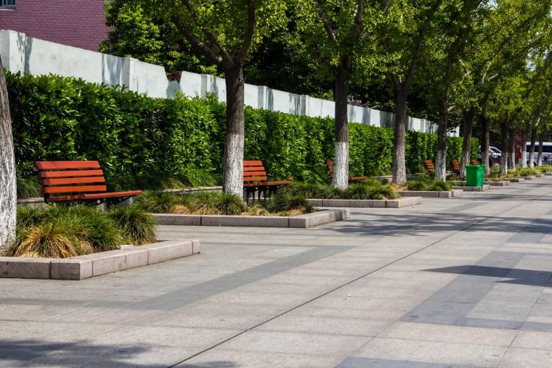áreas verdes nas calçadas externas do edifício