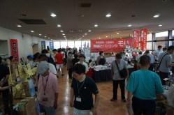 展示/販売会場(いわゆる廊下)も人いっぱい。