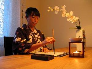 Kaoru Saito Gyger praktiziert Shodo, japanische Kaligraphie