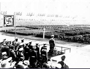 adolf-hitler-addressing-the-troops-on-zeppelin-field-BEDJYA
