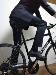 スーツで自転車に乗車
