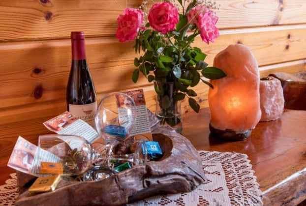 פינוקים בבקתה בגן העדן של ליאורה, מתחם אירוח כפרי בצפון הכנרת.