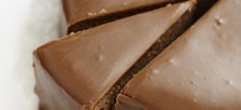 Десерты к кофе. Шоколадный бисквитный рулет.