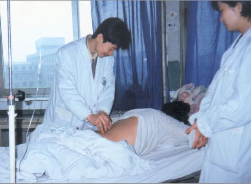 demonstrate needling techniques in the teaching hospital of Chengdu University of TCM_G