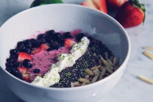 smoothie bowl, chia, chia seeds, beets, blueberries, strawberries, almonds, healthy, breakfast, lime, lime zest, whipped cream, lchf, low carb, protein bowl, keto, yogurt, almond milk, spring