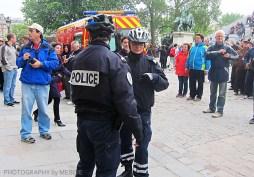 Notre Dame - poliser och folksamling
