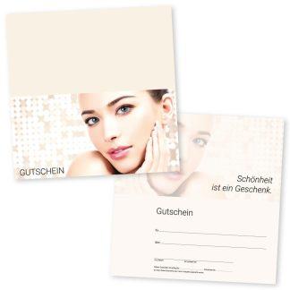 Der Gutschein für Kosmetikstudio in einem hellen Cremeton mit dem Bild einer jungen Frau wird eingesetzt im Kosmetik- und Nagelstudio für Gesichtspflege, Styling, Make-up und Wimpernverlängerung.