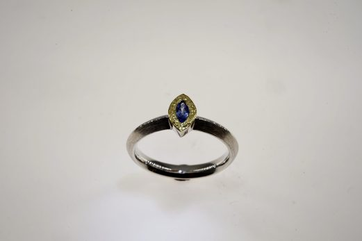 Ring in 925er Silber u. Feingold mit Saphir-Navette 389 €