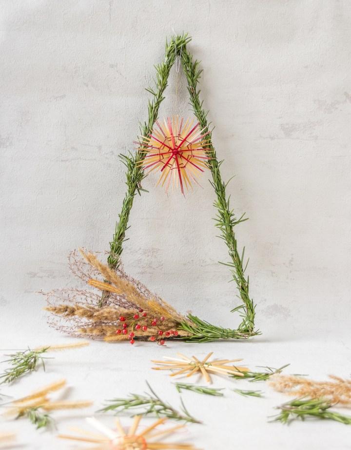 DIY weihnachtliche Triangel-Deko mit Rosmarin