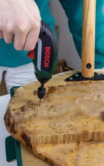 Couch-Tisch-aus-Holzscheibe-bauen-DIY-2