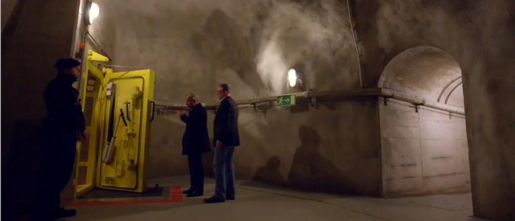 ©  YoutubeEgon von Greyerz führt durch kilometerlange Korridore zum Tresor der Matterhorn Asset Management AG. Screenshot.