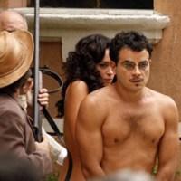 Gabriela: Glória e Josué correm pelados pela cidade
