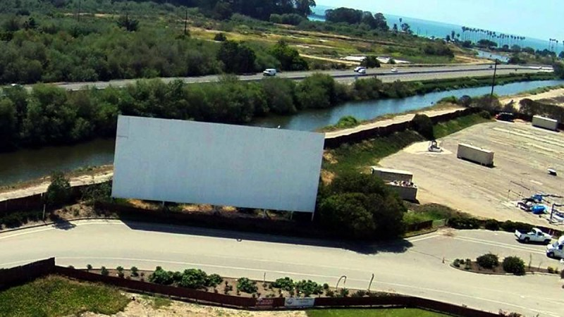 twin screens drive in