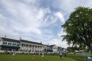 Players on the practice green during the first round of stroke play of the 2016 U.S. Amateur at Oakland Hills Country Club  in Bloomfield Hills, Mich. on Monday, Aug. 15, 2016. (Copyright USGA/Jeff Haynes)