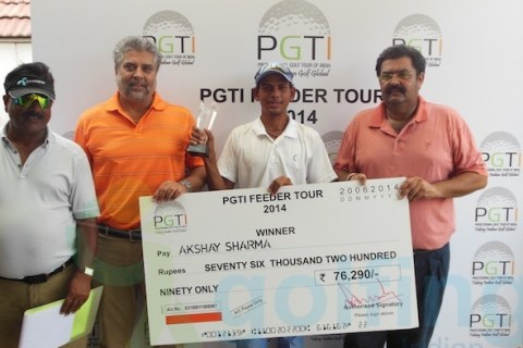 Akshay Sharma receiving the winner's cheque