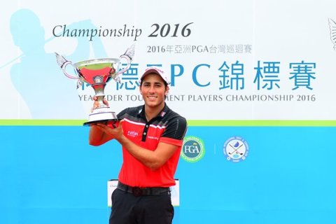 Carlos Pigem lifting the Yeangder TPC trophy - Image source Asian Tour