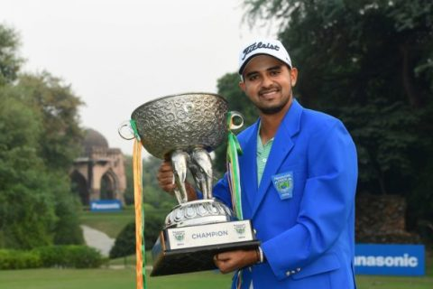 Khalin Joshi with his Panasonic Open India trophy