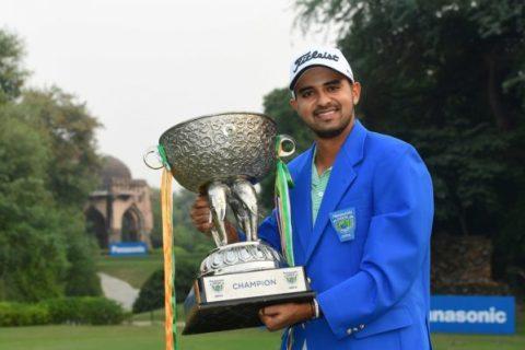 Khalin Joshi with his Panasonic Open India trophy