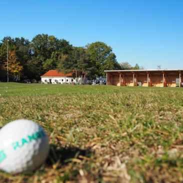 Überdachte Abschlagplätze der GolfKultur mit Tee-Up-System und Heizung