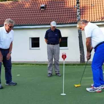 Golfer auf dem Puttinggrün der GolfKultur Stuttgart