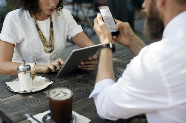 Menschen am Tablet und Smartphone