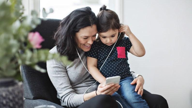 Madre e hija escuchando audiolibros en la app Nextory