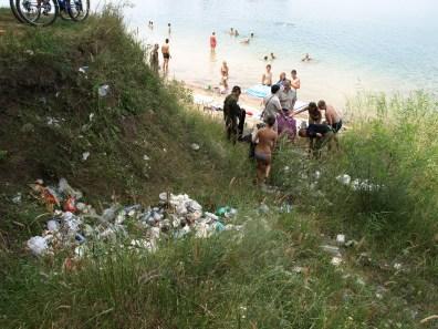 Сбор мусора с отдыхающими на берегу за Баден-баденом рейд голубое озеро