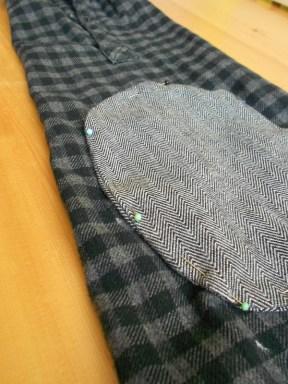 A könyökfolt feltűzése az ingujjra.