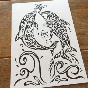 イルカの親子をモチーフに!3人家族の名前を入れた絵のオーダーメイド