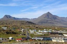 Djúpivogur, Hálsar og Hálsfjall eru ofan við bæinn og yfir þá gnæfir Búlandstindur.