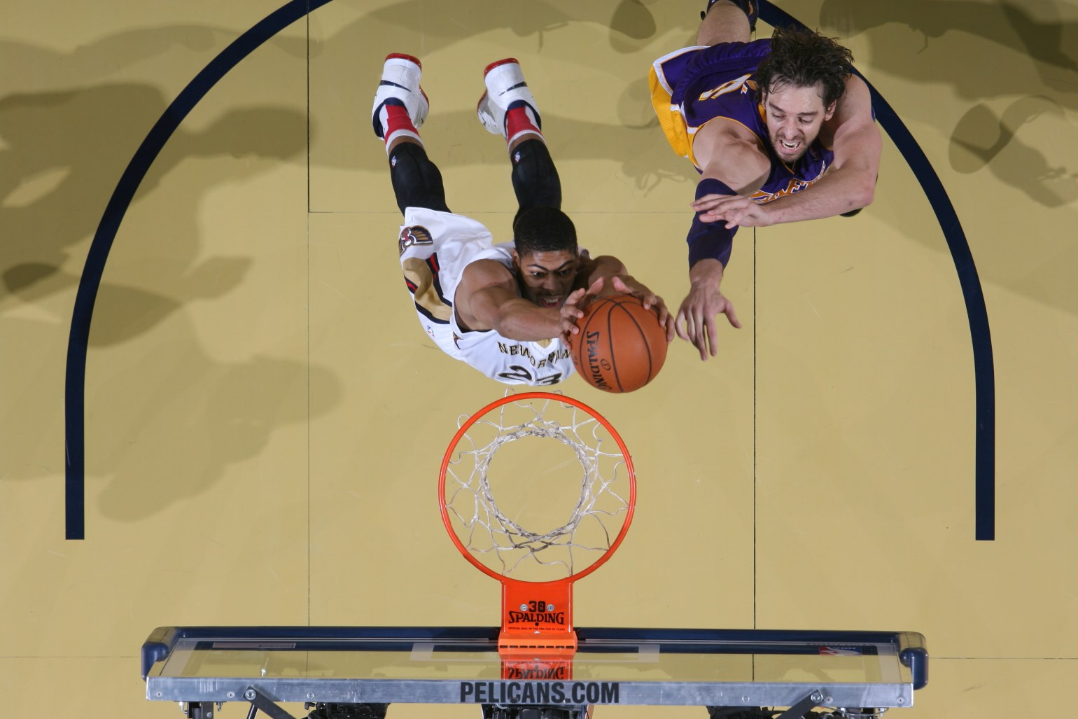 Anthony Davis dunks against the Los Angeles Lakers (Photo by Layne Murdoch)
