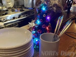 テーブルにクリスマスツリー