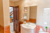 Right bathroom/en suite