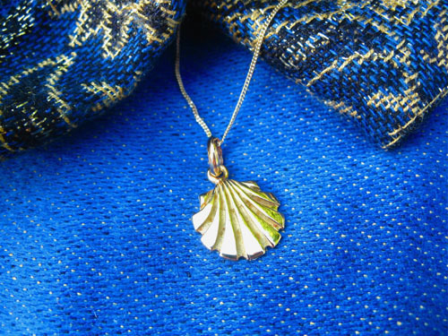 Classic gold scallop shell