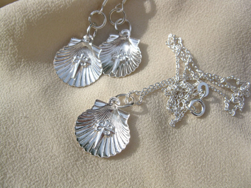 Scallop shell earrings with necklace