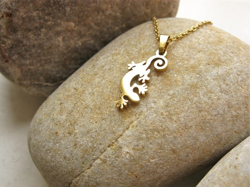 Lucky gecko necklace in gold