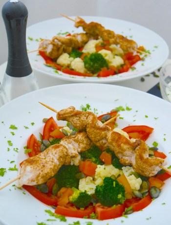 Low carb: Brokkoli-Blumenkohl-Salat mit Hähnchenspießen_4 | Rezept Dr. Alexa Iwan