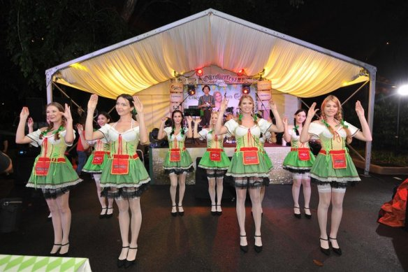 The ever-popular chicken dance led by charming Dirndl girls.