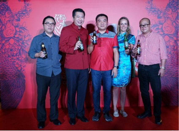 1.From left : Charles Chiou, Regional Sales Manager of HEINEKEN Malaysia, Andrew Woon, Sales Director of HEINEKEN Malaysia, James Yeo Tiong San, owner of Kepong Food Court, , Maud Meijboom van Wel, Marketing Director of HEINEKEN Malaysia and Tai See Wai, Head of Trade Marketing, HEINEKEN Malaysia.