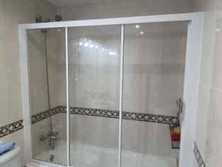 Instalación de mampara de bañera en casa de Cunit