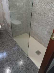 Instalación de mampara de ducha en piso de Rubi